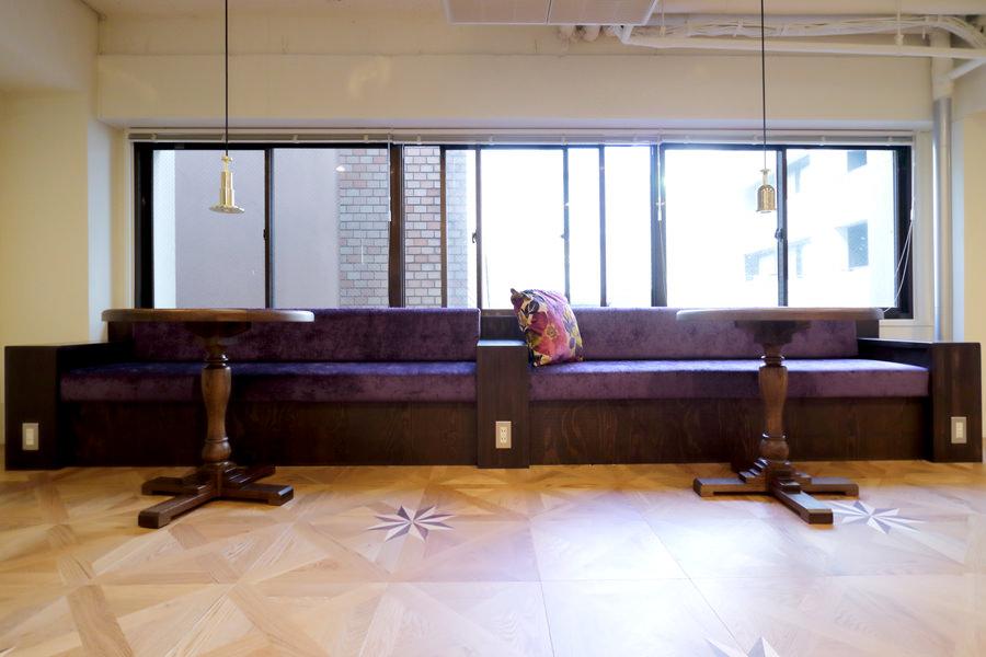 オーダー家具・クッションをパープルのベルベット生地、フレームを天然木集成材で製作した造作ベンチ