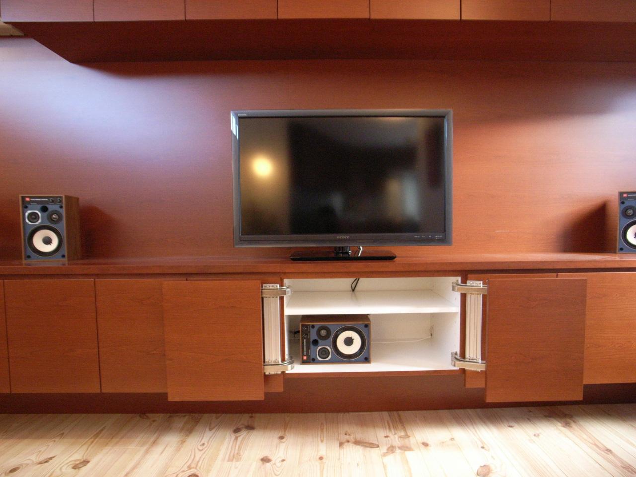 造作家具・テレビボードの収納部分の拡大写真。センタースピーカーを入れる中央の扉のみ、サイドに開くシステムになっている。
