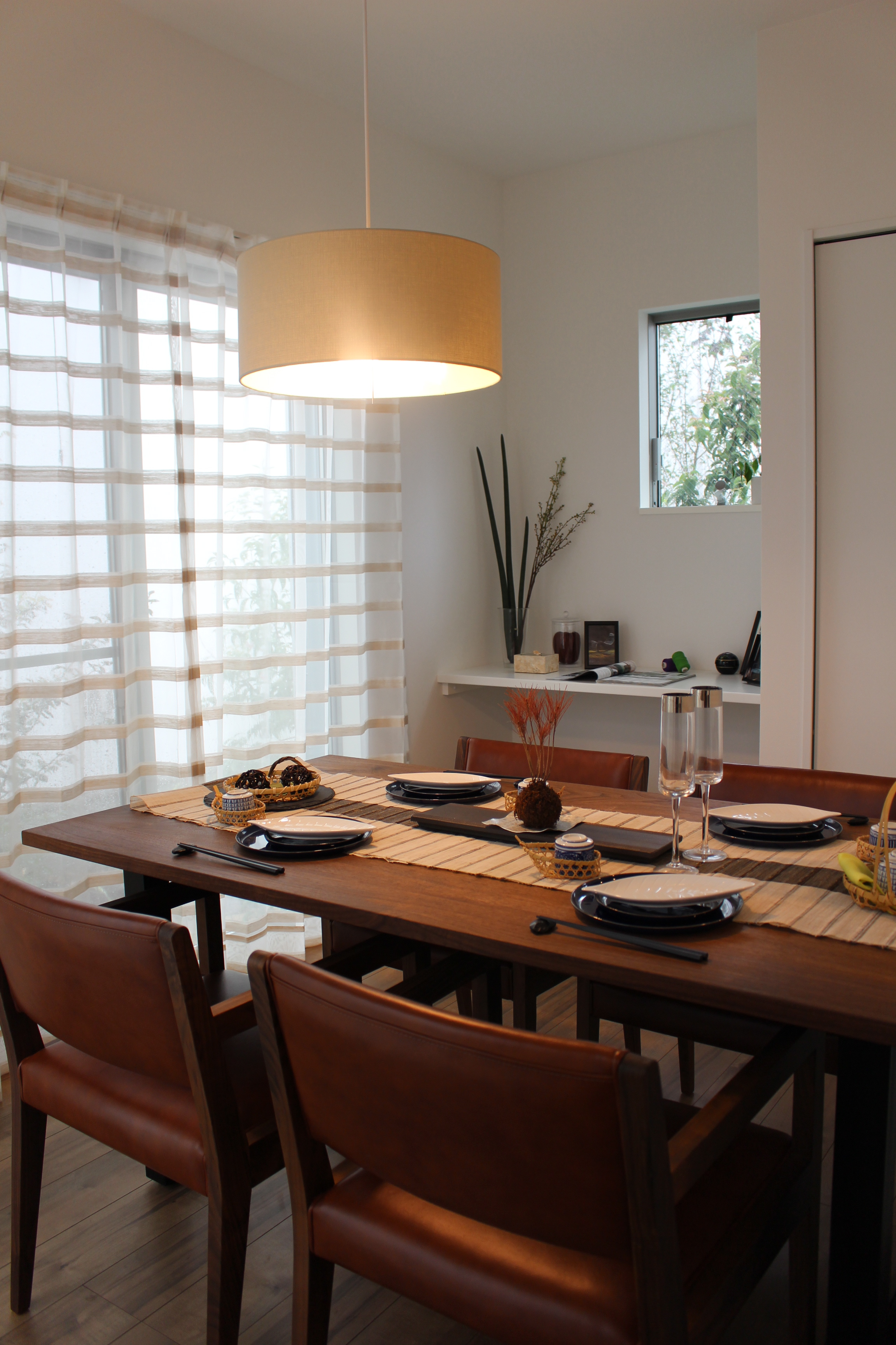 ウォールナット無垢のテーブルにウォールナット無垢のフレームと本革のダイニングチェアを合わせた