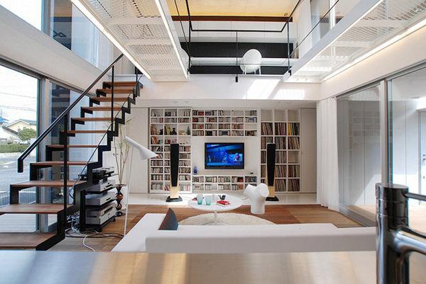 白を基調にしたインテリアに、本やCDなど施主の生活が加わることによって作られていく空間