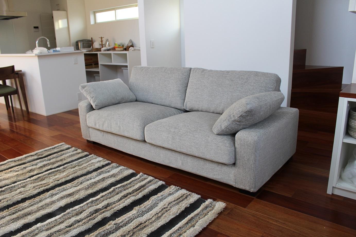 厚手のクッションで座り心地のよいベーシックな形のソファ