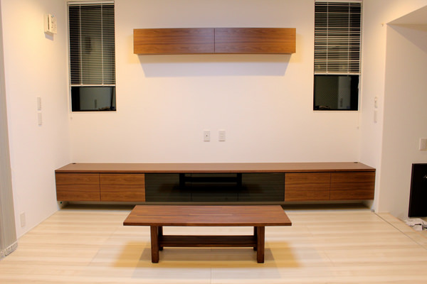 ウォールナットを使用した壁付けのテレビボード