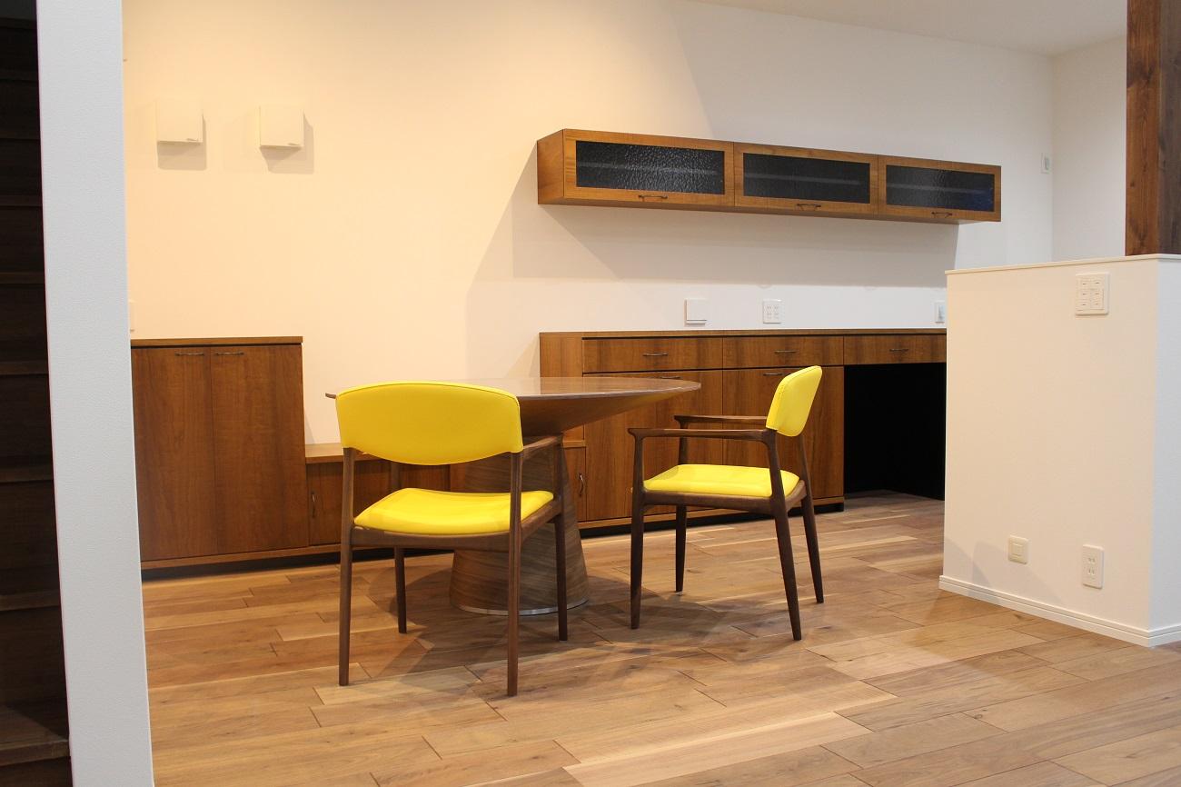 円形のダイニングテーブルに合わせ、造作カウンターの一部を低くし、ベンチとしても使用できるように。