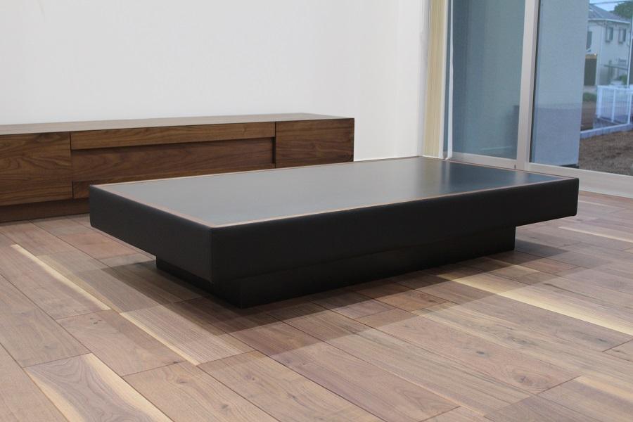 ウォールナット床材とブラックカラーのオーダーテーブルの相性も良い