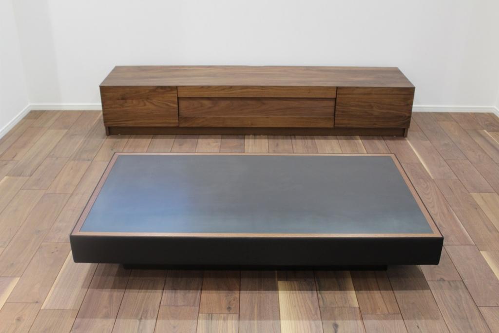 黒皮鉄を天板に用いたリビングテーブル