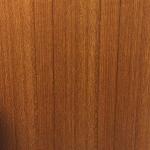チーク柾目の突板。木目がまっすぐ平行に通っています。