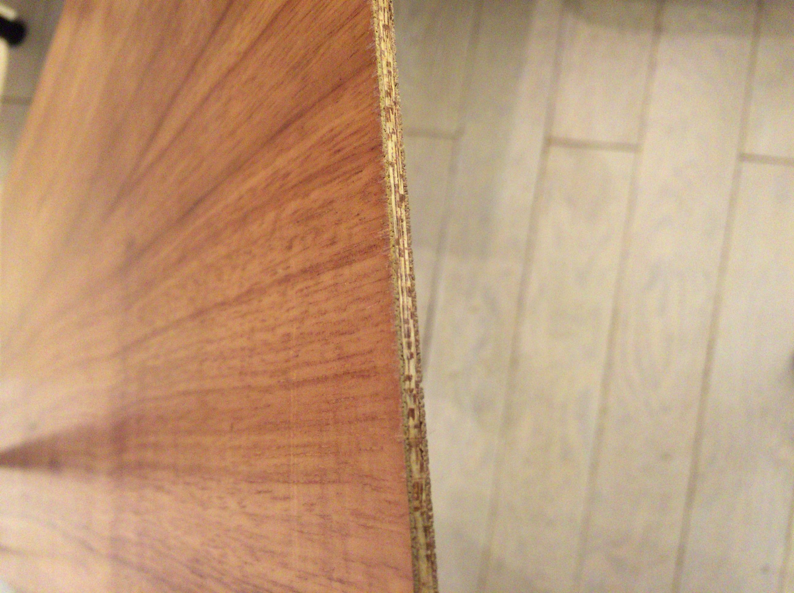 天然木化粧板の断面。