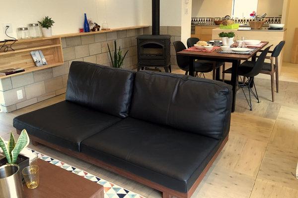 ローソファとウォールナット無垢家具のコーディネート