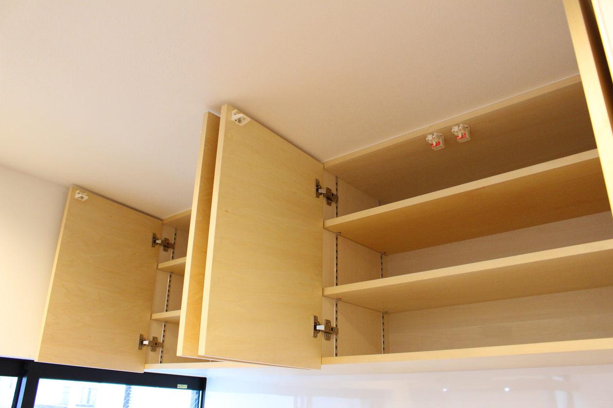 造作キッチン収納の内部。扉、棚板、本体もシナ突板で製作した。