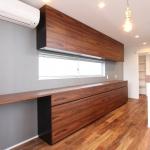 木目が左右対称に出るよう突板を貼った壁面収納