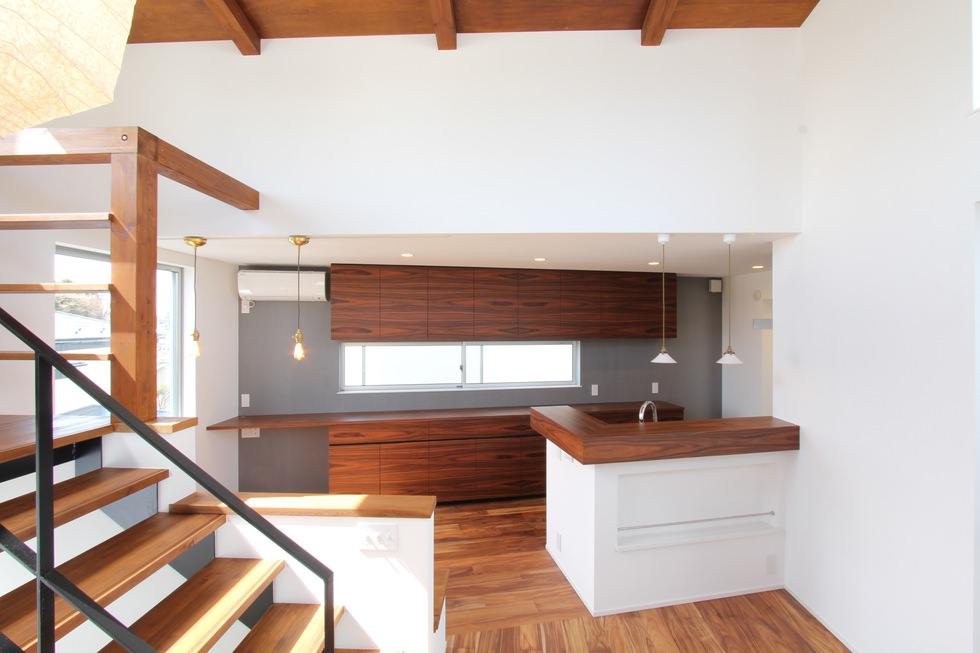 突板を使った造作壁面収納とキッチンカウンター