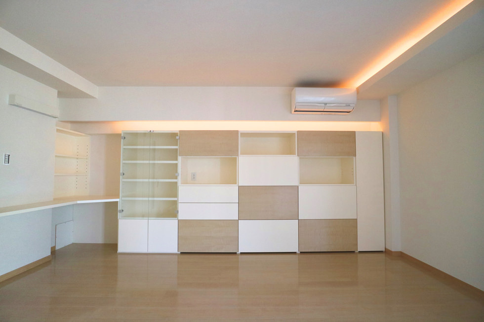 オーダー家具・壁の隙間を有効活用できるように、壁面収納の端にはカウンターと可動棚を造作した。