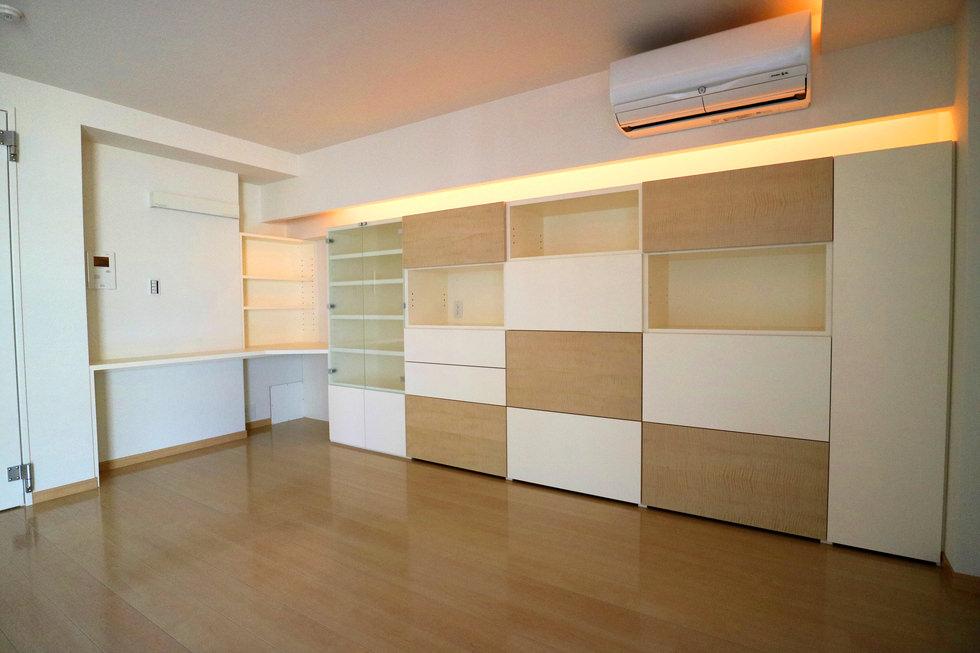 オーダー家具・扉に木目とホワイトをランダムに配した壁面収納