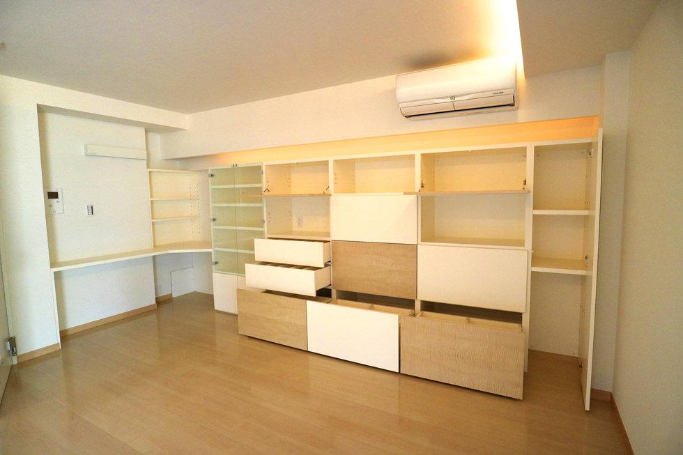 オーダー家具・ピアノスタジオで造作した壁面収納。扉はフラップ式、引き出しに分かれており、それぞれ別の機能性を持たせている。