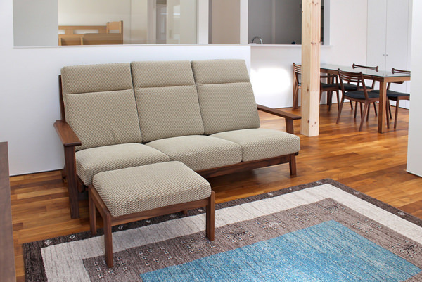 国産の無垢家具を使ったインテリアコーディネート。リビングにはハイバックソファ、ダイニングにはクリアトップのダイニングテーブル。