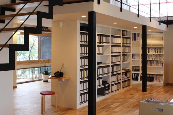 メラミン化粧板を使用した造作書棚と、アップル突板を使用してオーダー製作した電話台と飾り棚