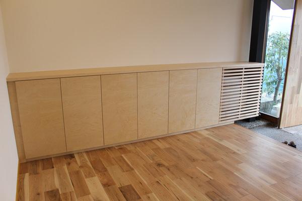 オフィスに納品した造作家具。メイプル材を使用してオーダー製作した玄関収納。