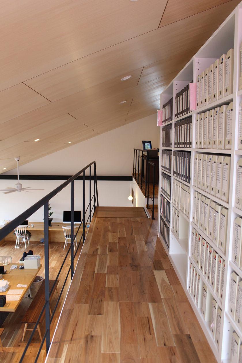 2階の通路に沿った視点。造作した書棚の側面が見える。