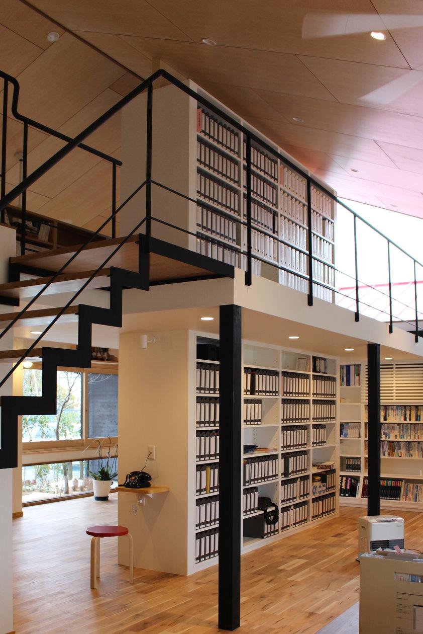 造作家具のため床から天井までピッタリと造りつけられ、部屋を間仕切りしている大きな書棚。1階、2階の同じ位置に設置されている。