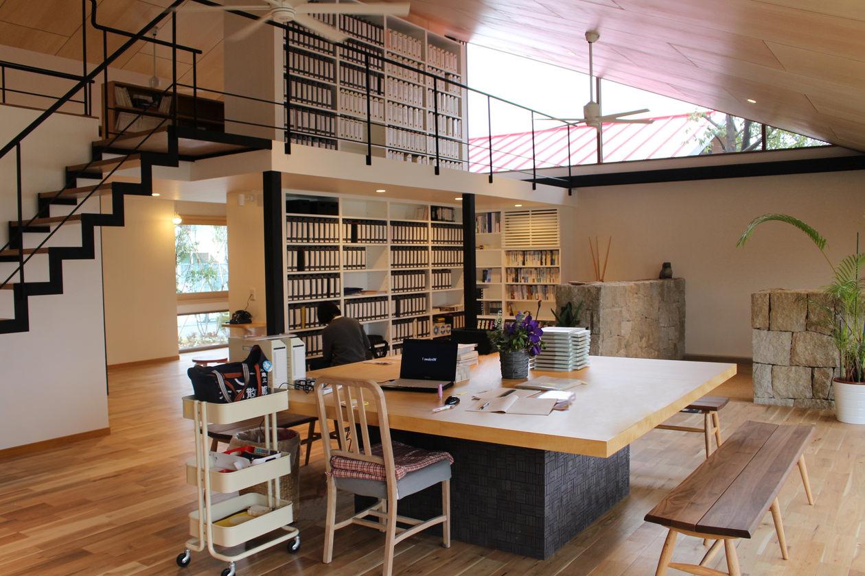 造作家具・アップル突板を使用して製作した正方形のミーティングテーブルと、広いオフィスを間仕切りする大きな白い書棚