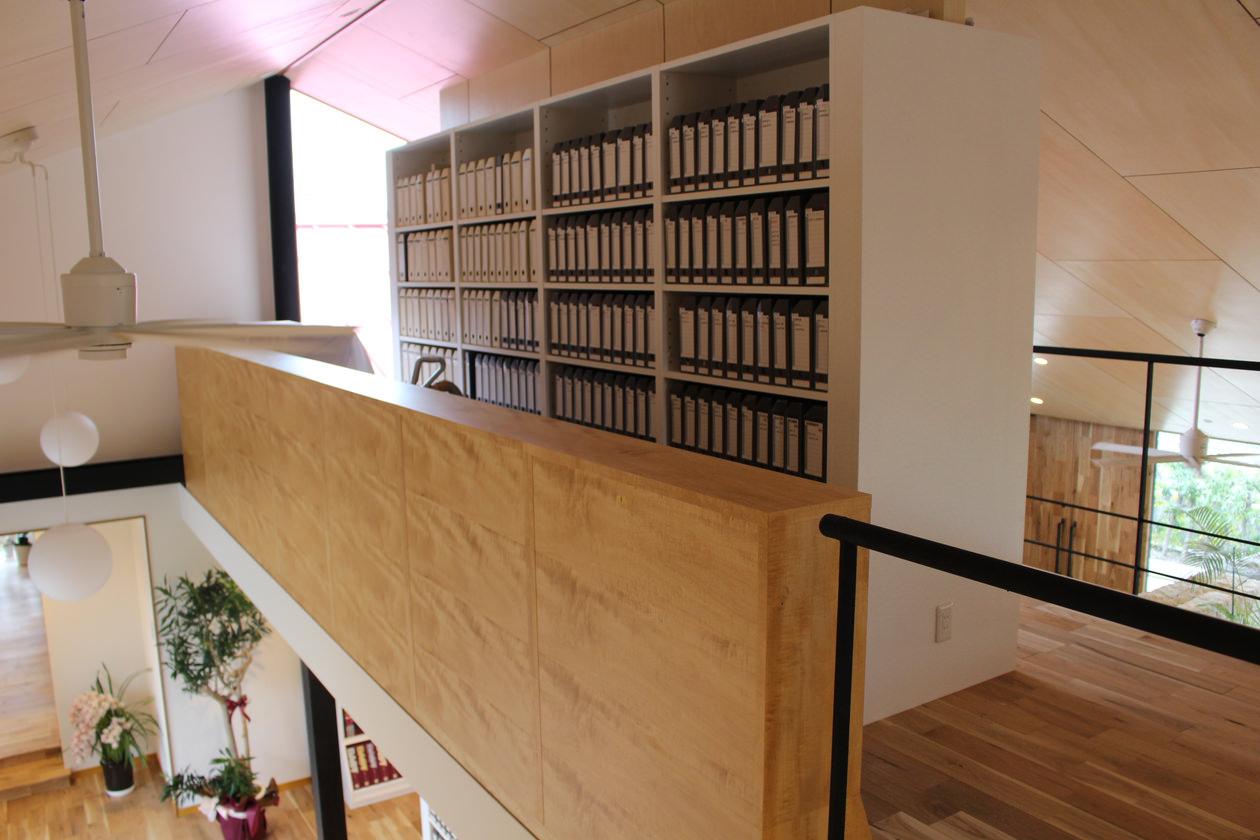 2階の造作書棚。手前はアップル突板を使用した、背の低い飾り棚が見える。奥には先ほどの大きな書棚が見える。
