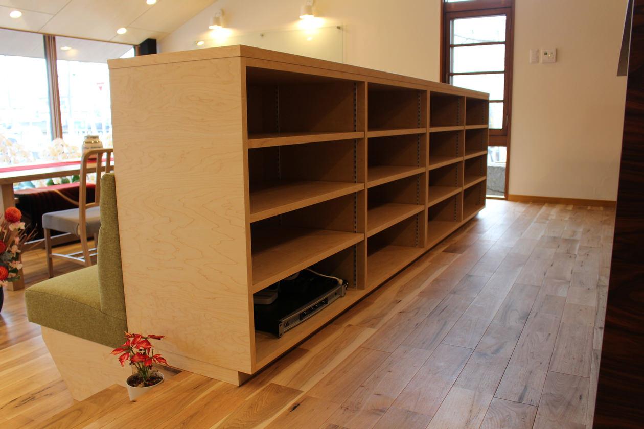 造作家具・ベンチと一体になった収納。棚は可動棚で、ハードメイプルの突板を使用している