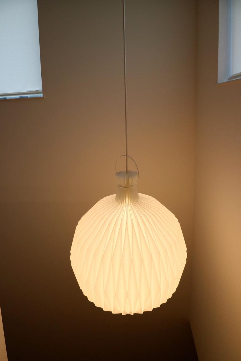 プリーツが印象的な照明を階段に用意しました