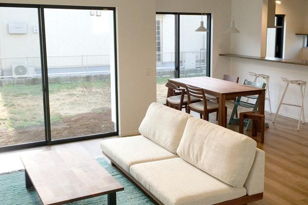 インテリアコーディネート・ブラウン、ホワイト、ブルーにカラーを絞って家具をセレクトした。