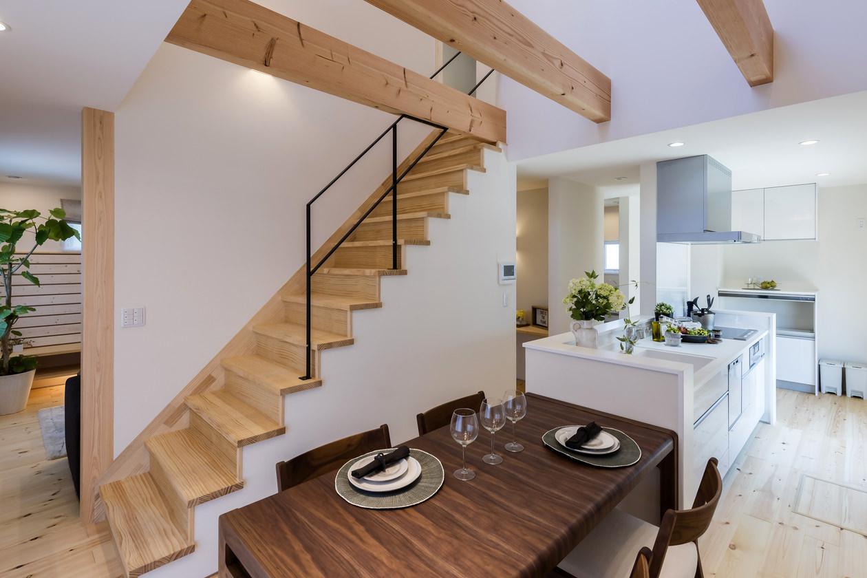 キッチン横から続くダイニングスペースには、木目が美しいテーブルをセレクト
