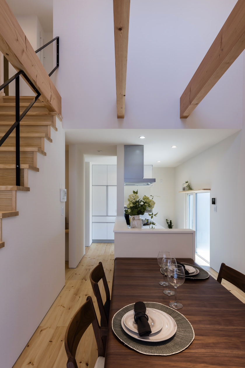 ダイニングテーブルのサイズは、キッチンの立ち上がり壁からはみ出さない幅のものを選んでいる