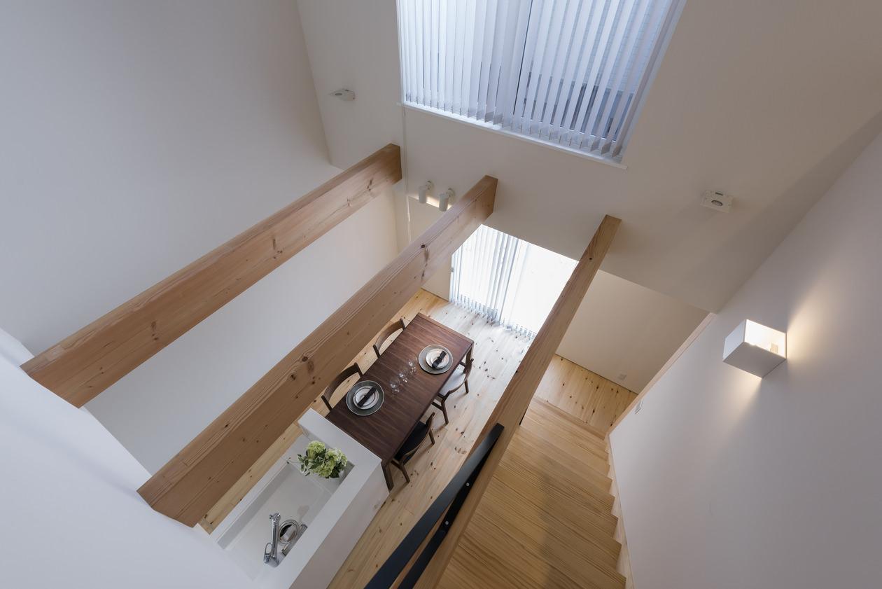 ダイニングは吹き抜けになっており、二階からテーブルの美しい天板が映えて見える