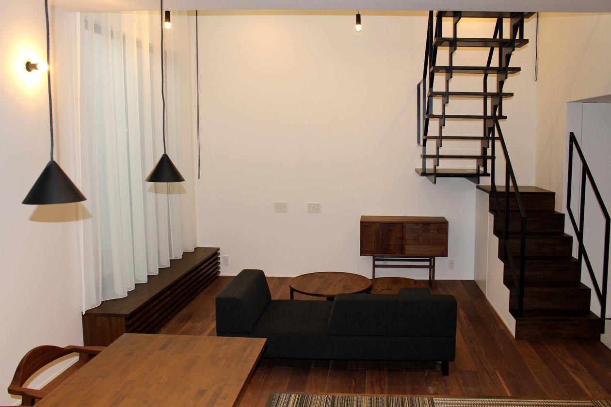 フローリングや手すりなど、建築の要素と家具の色を合わせて統一感のある空間にしている