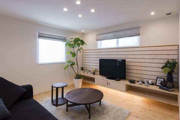 モデルハウスのインテリアコーディネート。パイン材を多用した空間に落ち着いた色味のウォールナット家具を合わせた
