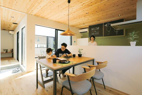 アイアンとオーク天板のダイニングテーブルに、同素材のチェアを合わせた無骨な素材感のコーディネート