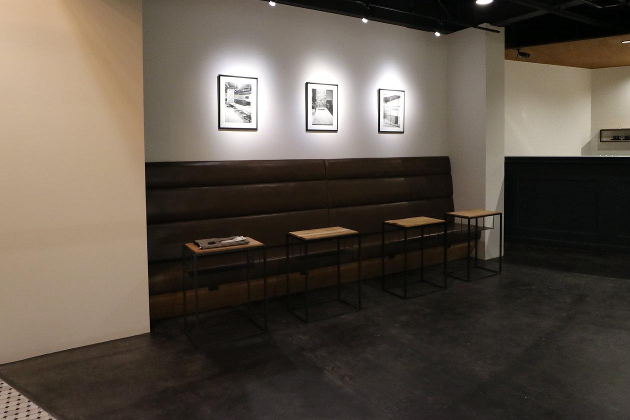 黒皮鉄のサイドテーブルと造作ベンチ