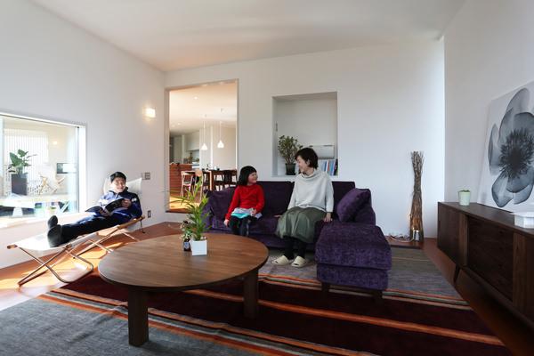 長野県の戸建住宅のインテリアコーディネート・ウォールナットの無垢家具、パープルのベルベットのソファをセレクトしている
