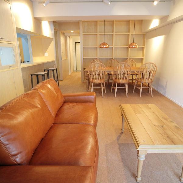 カフェを思わせる無垢家具とオイルレザーソファのコーディネート