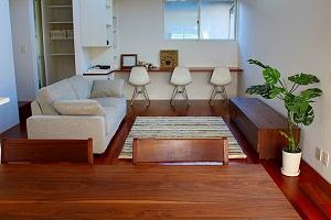ウォールナット無垢家具とホワイトをベースに、グリーンをアクセントにしたインテリアコーディネート