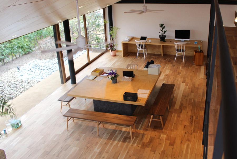 オーダー家具・アップル突板を使用した造作テーブルとデスク