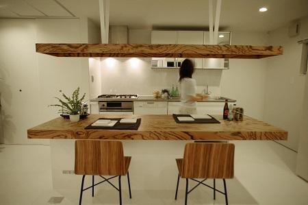 ゼブラウッドの突板を使用したダイニングテーブルと照明器具