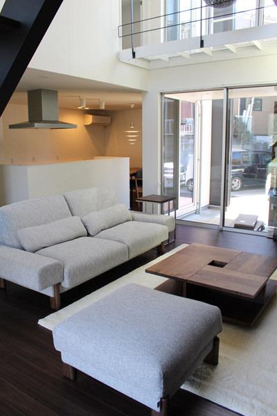シンプルで上質なウォールナットの家具が映えるインテリアコーディネート