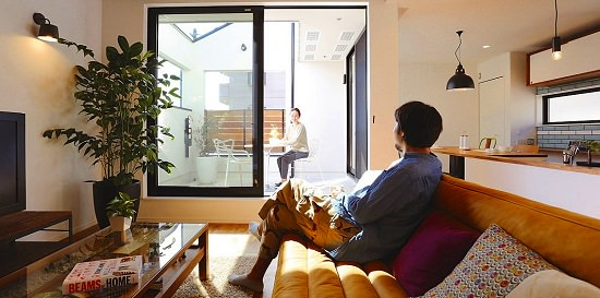 オイルレザーのソファ、デニムスツールなどカリフォルニアスタイルのアイテムを取り入れたインテリアコーディネート