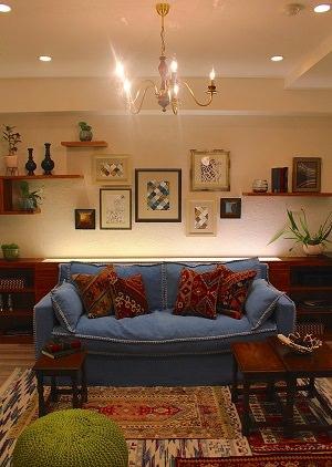 ヨーロッパや中東のアイテムをミックスし、植物を多く配したマンションモデルルームのインテリアコーディネート
