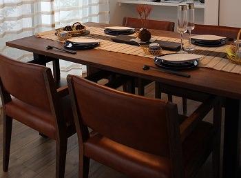 無垢家具を中心にセレクトし、ガラスや樹脂など抜け感のあるアイテムで軽快さを加えたモデルルームのインテリアコーディネート