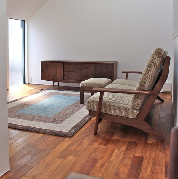 国産メーカーのウォールナット無垢家具、ハイバックソファのあるリビングダイニングのコーディネート
