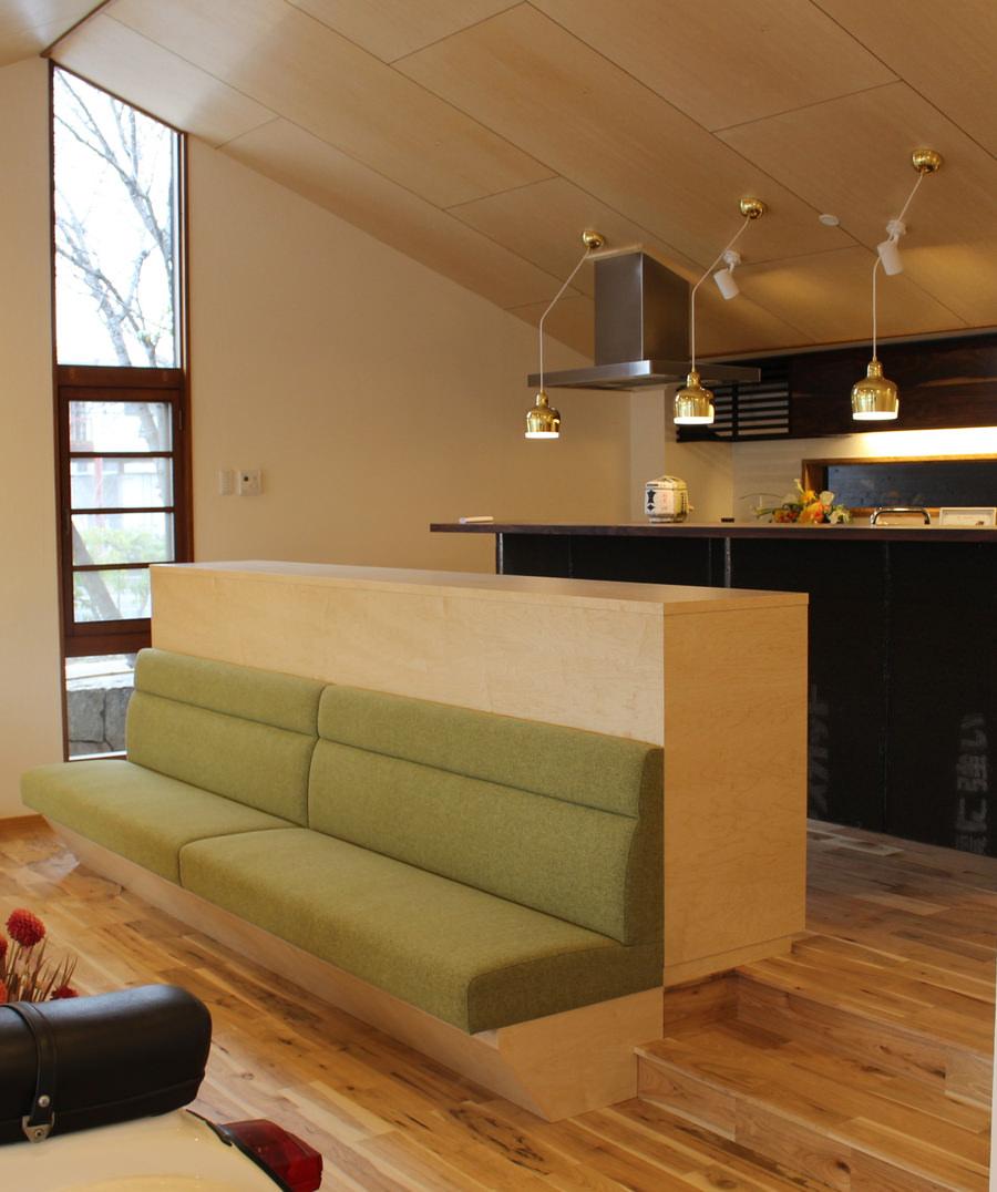 オーダー家具・背面が収納になった造作ベンチ