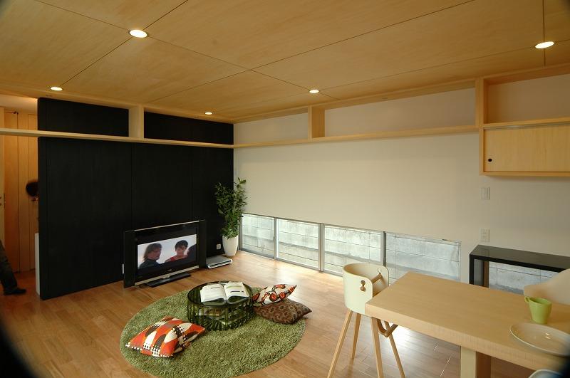 天井の高さを調節して壁付け棚をスッキリみせている