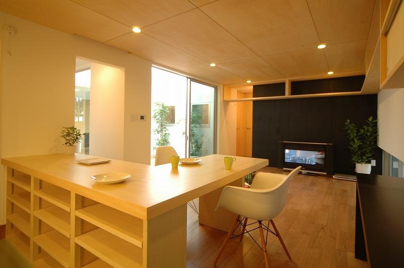 造作家具・突板を使用したキッチンカウンター。天板の下には可動棚があり、キッチン収納に。