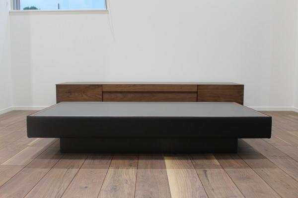 天板に黒皮鉄を使用し、本革を巻いてオーダー製作したリビングテーブル