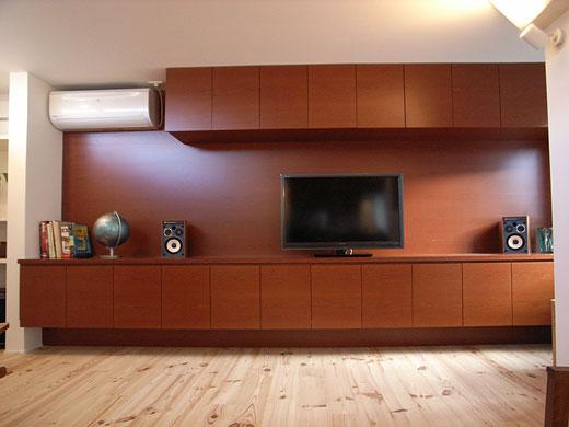 造作家具・ブラックチェリーの突板を使用して製作した壁面収納と壁面一体型のテレビボード